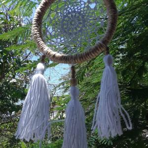 atrapasuenos-boho-blanco-tejido-en-crochet-con-algodon-sobre-henequen.jpg