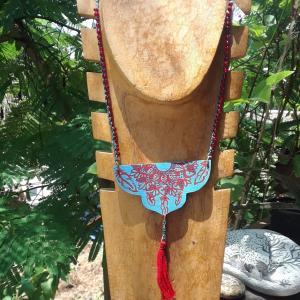 collar-mandala-calado-en-madera-detallado-y-pintado-a-mano.jpg